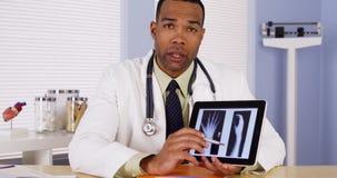 黑人医生听和谈话与照相机 库存图片