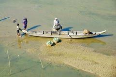 人们用菜装载小船在Bandarban,孟加拉国 免版税库存照片