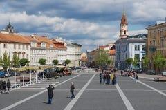 人们由城镇厅广场走在维尔纽斯,立陶宛 图库摄影