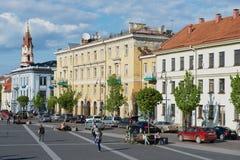 人们由城镇厅广场走在维尔纽斯,立陶宛 库存照片