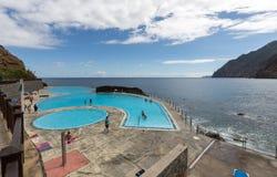 人们由游泳池休息在波尔图Medeira的da Cruz 图库摄影