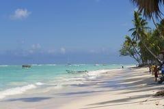 人们由热带海滩走在Punto Cana,多米尼加共和国 库存图片