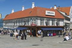 人们由街道走在斯塔万格,挪威 免版税库存图片