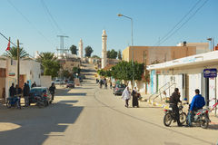 人们由街道走在El Goula,突尼斯镇  库存照片