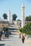 人们由街道走在El Goula,突尼斯镇  免版税图库摄影