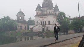 人们由街道骑自行车在一个冷的有雾的早晨在Puthia,孟加拉国 股票录像