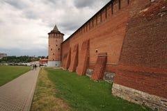 人们由Kolomna走克里姆林宫老墙壁  免版税图库摄影