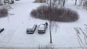 人去他的汽车并且开始刷掉雪 时间间隔录影 股票录像