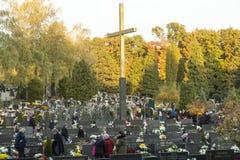 人他们的祖先参观坟墓  免版税库存照片