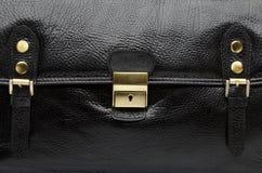 人黑皮革提包特写镜头视图  免版税图库摄影
