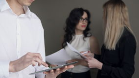 人轻碰通过屏幕和妇女谈论文件 影视素材