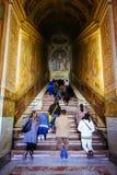 人们祈祷在圣洁台阶,斯卡拉圣诞老人,在罗马,意大利 图库摄影