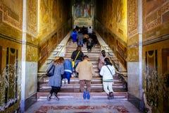 人们祈祷在圣洁台阶,斯卡拉圣诞老人,在罗马,意大利 免版税库存照片