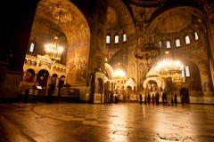 人们祈祷在明亮的大教堂里面 免版税库存照片