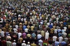 人们祈祷在清真寺的-雅加达,印度尼西亚 库存照片