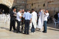 人们祈祷西部墙壁 免版税库存图片