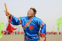 人们穿五颜六色的衣裳, yangko在s的舞蹈表现 库存照片