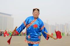人们穿五颜六色的衣裳, yangko在s的舞蹈表现 免版税库存图片