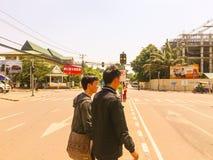 人们穿过街道 免版税库存图片