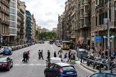 人们穿过路在巴塞罗那镇,西班牙街道  库存照片