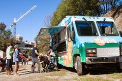 人们站在队中从亚特兰大食物卡车预定 免版税库存图片