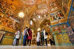 人们站立在亚美尼亚Ñ 里面athedral与不可思议的油漆 免版税库存图片