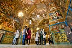 人们站立在有不可思议的油漆和壁画的大教堂里面 库存图片
