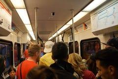 人们站立并且坐里面拥挤VTA火车运输乘驾在船尾 免版税图库摄影