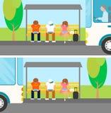 人们等待公共汽车并且使用小配件在此 图库摄影