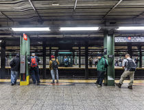 人们等待在地铁站华尔街在纽约 库存图片