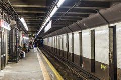 人们等待在地铁站第9条街道在纽约 免版税库存照片