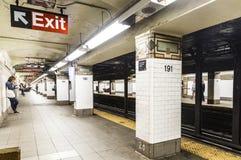 人们等待在地铁站191st街道在纽约 免版税图库摄影
