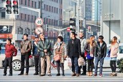 人们等待在横穿地方的,上海,中国 库存图片