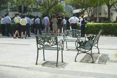 人们等待在红绿灯在新加坡,新加坡 免版税库存图片
