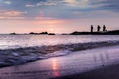 人们等待捉住海滩Samila宋卡 免版税库存照片