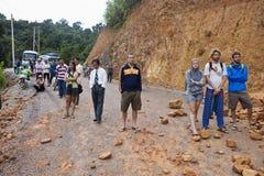 人们等待清除路在山崩以后 免版税库存图片