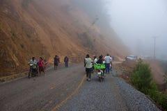人们等待清除路在山崩以后 免版税库存照片