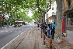 人们等待电车到Tibidabo娱乐公园 库存图片