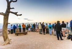 人们等待第一太阳在 库存图片