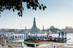 人们等待2012年11月10日的小船在Tha连队码头,曼谷,泰国 免版税库存照片