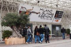 人们米兰吉他的&在2013年之外在米兰,意大利 库存照片