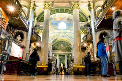 人们考虑在奥地利N里面的曝光 免版税图库摄影