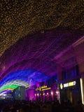 人们聚集到商城在新年期间在北京,中国 库存照片