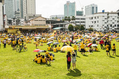 人们聚集在Bersih 4集会在古晋 免版税库存照片