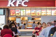 人从肯德基餐馆的吃快餐 免版税库存图片