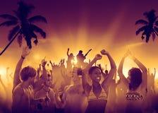 人们获得乐趣在一个室外音乐会 库存照片