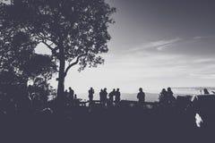 人们获得乐趣在日落时间 免版税库存照片