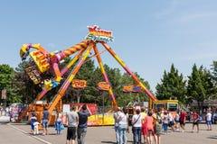 人们获得乐趣在游乐园 免版税图库摄影