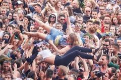 人们获得乐趣在第23个伍德斯托克节日波兰的一个音乐会 免版税库存图片