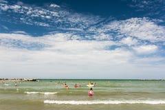 人们获得乐趣在水中 免版税库存照片